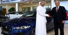 تسليم سيارة جاكوار XE إلى أنس بوخش في الإمارات