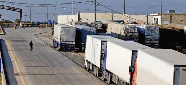 نحو 70 شاحنة محمّلة بأثاث المغتربين عالقة في معبر نصيب منذ شهر